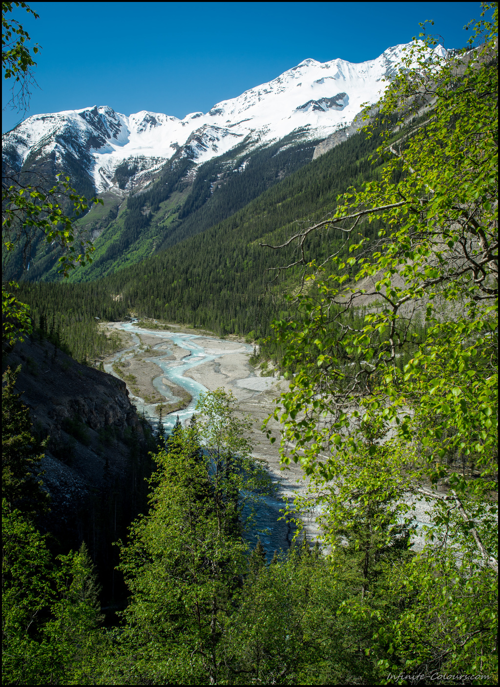 Berg Lake view into the Valley of 1000 waterfalls